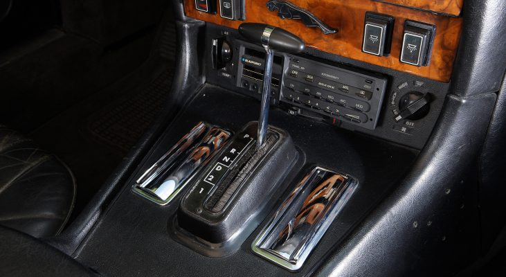 Jaguar-XJ-v12-Daimler-leather-interior-shift-knob-Arden