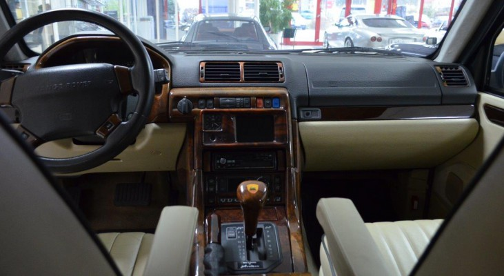 Range-Rover-HSE-4,6-interior-leather-trim-steering-wheel