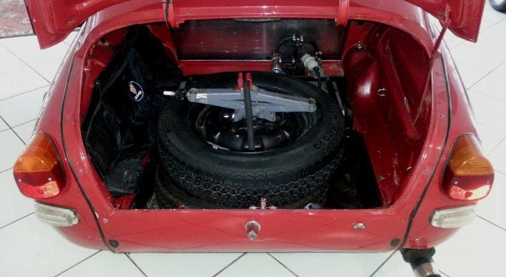 Saab-96-V4-Rallye-interior-trunk-spare-tire